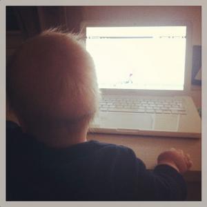 bébé devant ordinateur